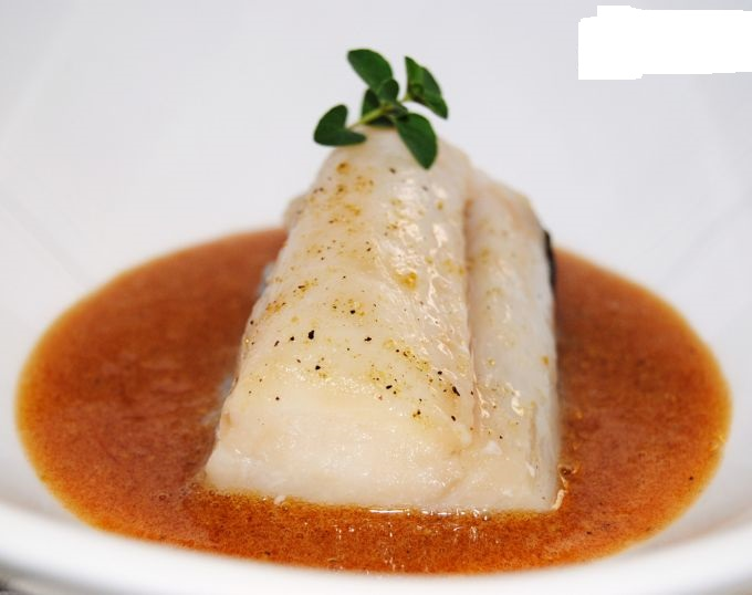 Bacallau a baixa temperatura con mollo de pementos asados.